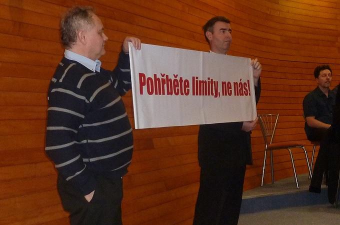 Protestující muži na krajském zastupitelstvu. Foto: archiv SeveročeskýDeník.cz