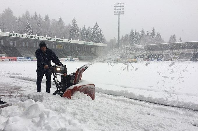 Sníh na jabloneckém stadiónu. Foto: archiv FK Jablonec n.N.
