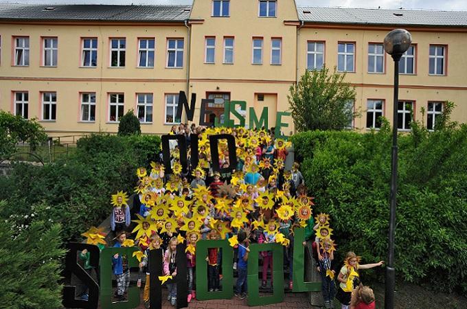 Děti před školou v Horním Jiřetíně. Foto: Ibra Ibrahimovič, Greenpeace