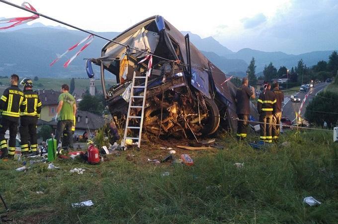 Havarovaný autobus. Foto: Tgr Rai Trentino/twitter