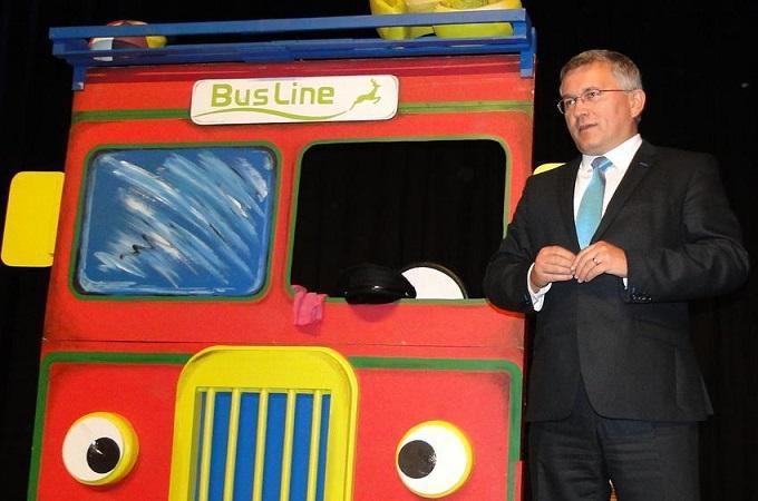 Místostarosta Juraj Raninec u modelu autobusu. Foto: archiv Město Česká Lípa