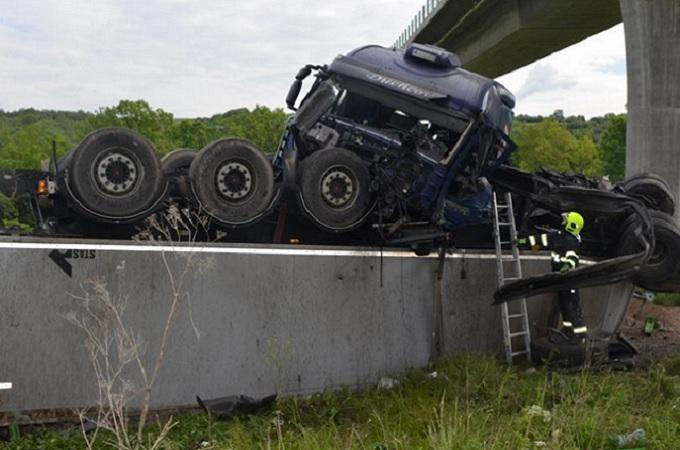 Převrácený kamion, který spadl z mostu. Foto: HZS Ústeckého kraje/Petr Kubiska