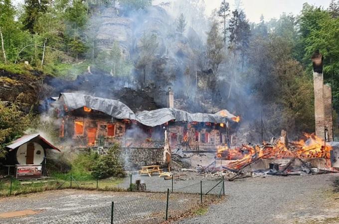 Požár chat Na Tokáni. Foto: HZS Ústeckého kraje