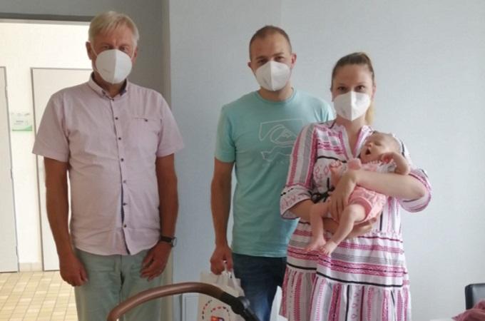 Předání výhry, Amálie Němcová s rodiči. Foto: Roudnická nemocnice